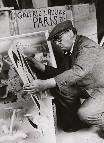 Willi Baumeister beim Packen von Bilderkisten für seine Ausstellung in der Galerie Jeanne Bucher, Paris, 1949