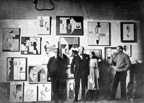 Willi Baumeister mit Freunden im Atelier. ab-f-004-013