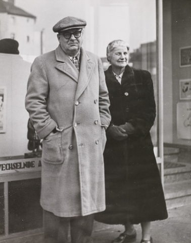 Willi Baumeister with gallerist Hanna Bekker vom Rath