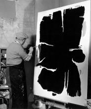 Willi Baumeister bei der Arbeit an ARU 5  in seinem Stuttgarter Atelier, 1955